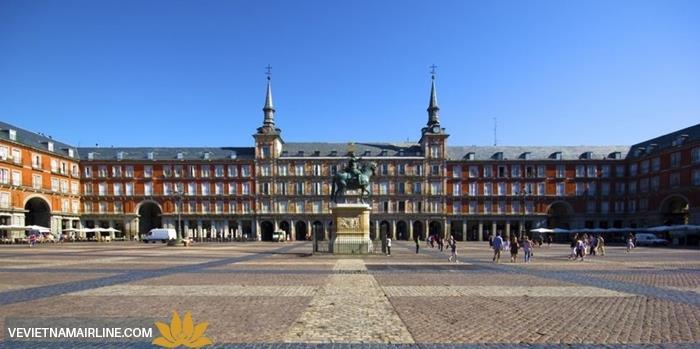 Dạo chơi tại những quảng trường đẹp nhất Madrid