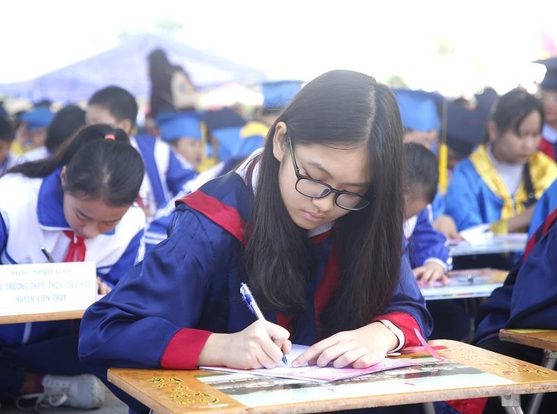 Vietnam Airlines tặng vé máy bay miễn phí cho học sinh giỏi và trẻ em